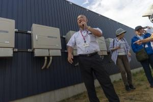施設の説明をする市民発電所の蔵谷清元さん
